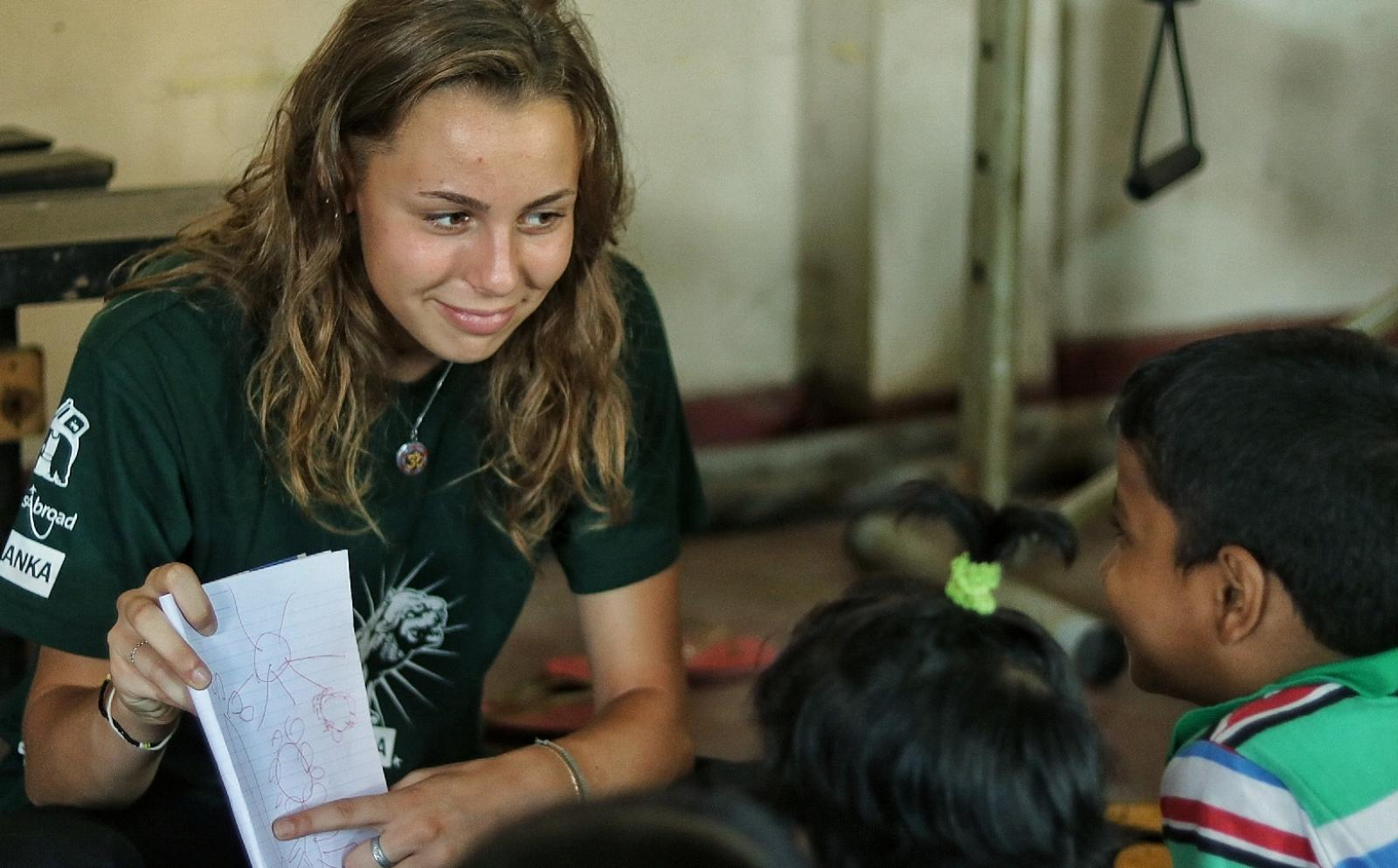 A group of Sri Lankan children learn new English words with an Alternative Schoolies volunteer